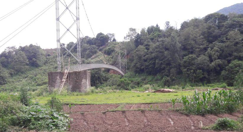 suspension bridge Taudaha flat hike